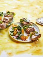 Recette Brochettes de Veau Grillées, Pak Choï, Sauce au Fromage Bleu et Orange