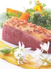 Canette Rôtie, Griesknepfles (Polenta) aux Boutons d'Ail des Ours, Salade d'Herbes et Fleurs de la Nature Photo : © CICAR