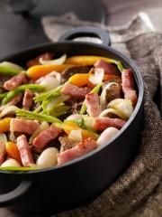 Cocotte de boeuf petits légumes et lardons Photo : © Herta