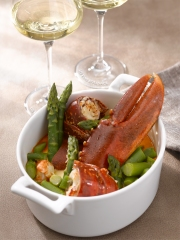 Recette Cocotte de homard poché aux asperges et sa nage de Riesling