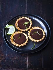 Tartelettes au chocolat, gingembre et citron vert Photo : © Amélie Roche