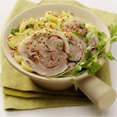 Emincé de tête de veau en salade, pommes de terre et oignons rouges Photo : © Produits Tripiers